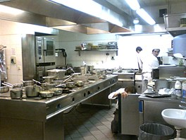 Kuchyně v době největšího poledního náporu. V této době kuchaři nechodí, ale