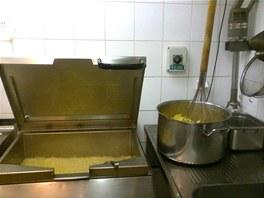V profesionální kuchyni je všechno jaksi větší. V bramborách klasická metla,