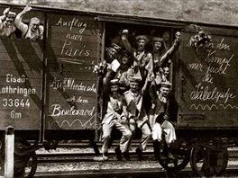 Němečtí vojáci odjíždějící na frontu to brali jako výlet do Paříže