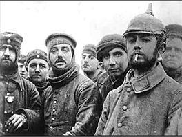 Společný snímek. Vojáci dvou znepřátelených velmocí na společném vánočním