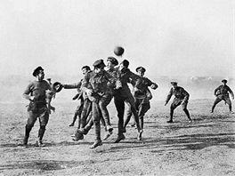Snímek z legendárního společného fotbalového utkání.