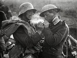 Společná cigareta. Němec zapaluje Britovi. O pár dní později se zase uvidí leda