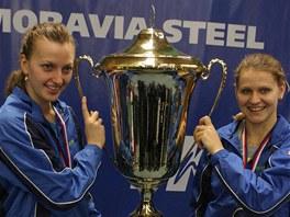 Petra Kvitová a Lucie Šafářová s trofejí pro vítěze tenisové extraligy