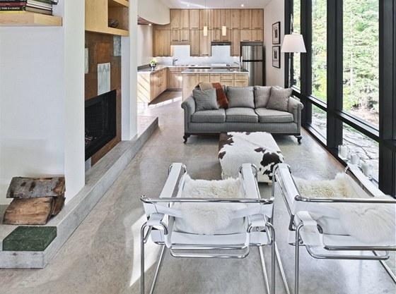 Kuchyně z masivního dřeva má využité úložné prostory do posledního milimetru.