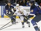 Martin Erat z Nashvillu bojuje o puk s dvojicí hokejistů St. Louis.