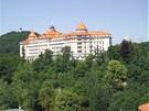 Architekt navrhl hotel jako hrad, který se tyčí nad městem.