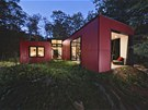 Červenou barevnost pláště domu zvolili autoři proto, aby byla stavba stále