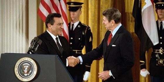 Husní Mubarak a Ronald Reagan byli partnery. Dotace Spojených států byla jedním