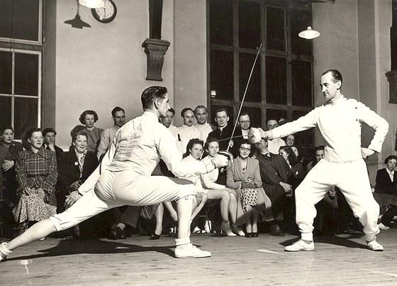 Bob Anderson (vlevo) s olympijským šermířským trenérem Rogerem Crosnierem