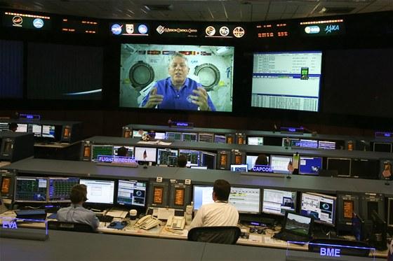 Americký astronaut (zřejmě Michael Fossum) se vítá s novou směnou v letovém