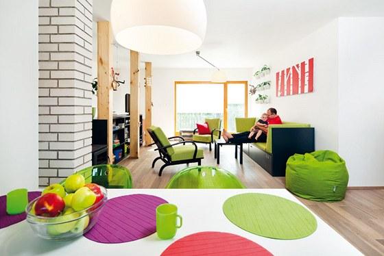 Obývací pokoj je spojen s jídelnou a kuchyní. Velké okno rámuje výhled na