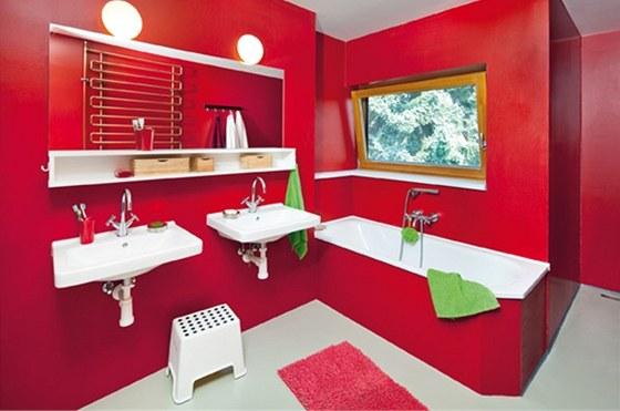 Koupelna s výhledem do zahrady je beze spár. Dlažbu i obklad nahradila