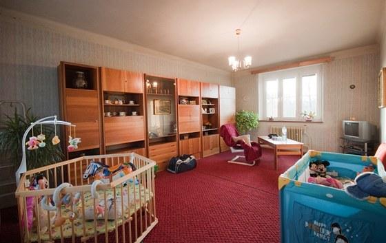 Obývací pokoj slouží i jako herna ročních dvojčat.
