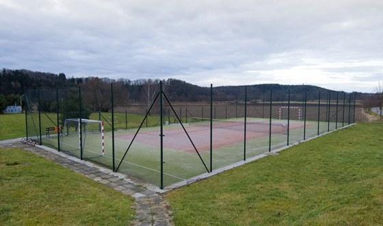 Díky dotacím si obec postavila i víceúčelové hřiště, které místní hojně