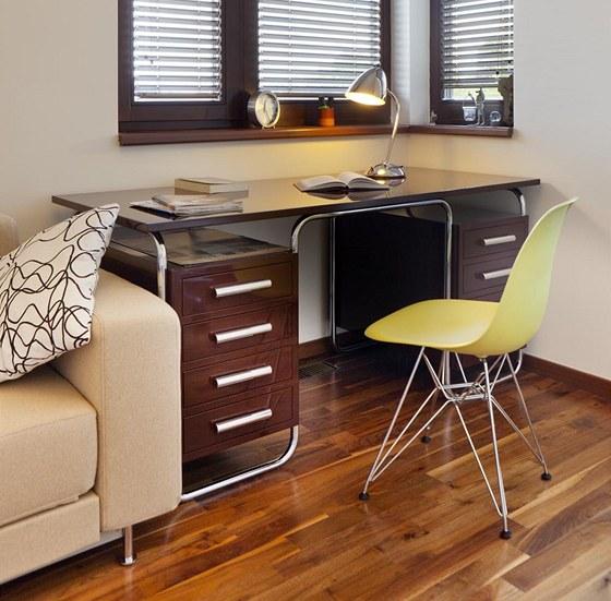 Stůl v pracovně od firmy Modernista je replikou původního trubkového nábytku z