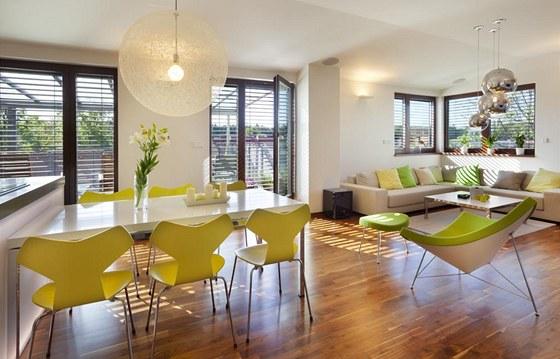 Obývací pokoj a jídelní kout s průhledem na jižní terasu