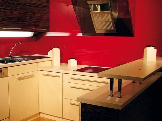 Skleněný obklad za kuchyňskou linkou je nejen efektní, ale hlavně hygienický a