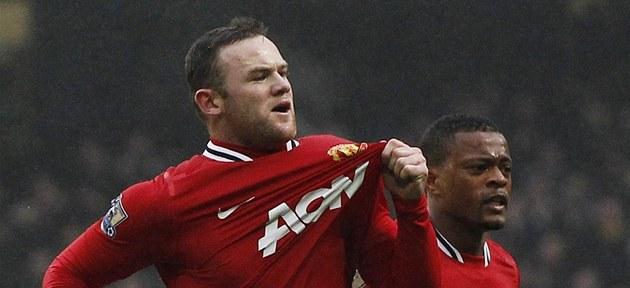 V TOMHLE M�ST� VLÁDNEME MY! Wayne Rooney ukazuje na znak Manchesteru United