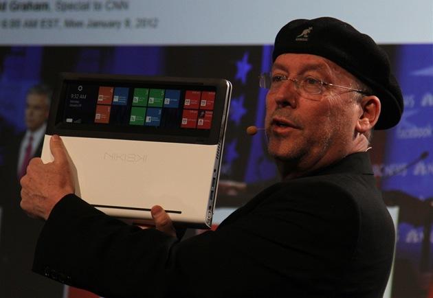 Eden Mooly p�edvádí prototyp notebooku Nikiski. Zav�ený notebook lze ovládat