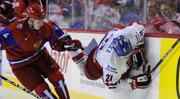 Ruský hokejista viktor antipin naráží na hrazení petra straku