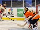Brank��e  Philadelphie Sergeje Bobrovskiho p�ekon�v� Mike Rupp z  NY Rangers.