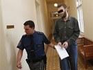 Policista p�iv�d� Martina K. k M�stsk�mu soudu v Praze (5. ledna 2012)