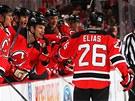 SE� DOBREJ �AMP�NE! Hokejist� New Jersey Devils gratuluj� Patrikovi Eli�ovi ke