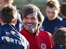 Trenér brankářů Pavel Srníček na svém prvním tréninku ve Spartě se zdraví s hráči.