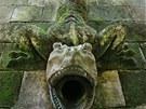 Monstrózní mlok na zdi slouží jako odtoková trubice pro dešťovou vodu.