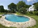 Zapuštěný bazén vypadá z dálky jako přírodní rybníček.