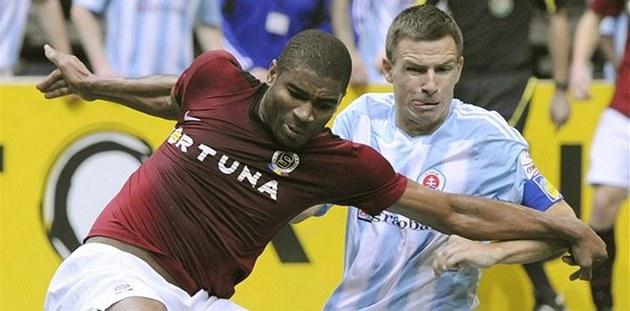 TANK. Sparťanský fotbalista Léonard Kweuke zpracovává míč před Martinem