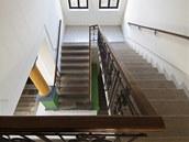 Impozantní schodiště vede do patra, kde byla třída.
