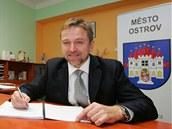Starosta Ostrova Pavel Čekan podepisuje smlouvu o budoucí kupní smlouvě na