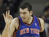 Josh Harrellson z New Yorku Knicks slaví úspěšnou trojku,
