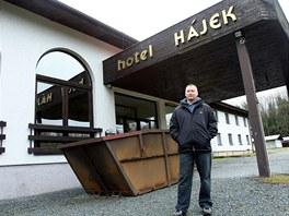 Marcel Šik buduje z opuštěného hotelu Hájek u zámku Kozel stacionář pro