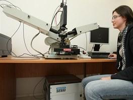 Ramanův spektrometr v laboratoři plzeňského vědeckotechnického centra umožňuje