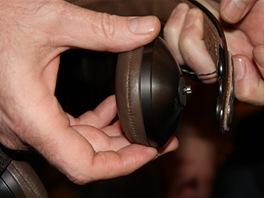 Sluchátka Exodus mají unikátní způsob připínání a regulace polohy mušlí.