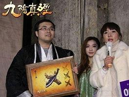 Šťastný majitel meče drží plaketu s vyobrazením úlovku