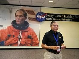 Náš průvodce David Cisco u vstupu do budovy Sonny Carter Training Facility s