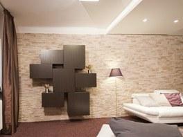 Velkou bytovou stěnu nahradilo jen pár zavěšených skříněk.