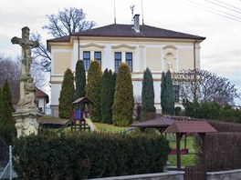 Škola a dětské hřiště v obci Libel, která má 109 obyvatel.