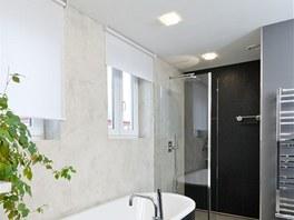 V koupeln� s dv�ma okny nechyb� vana ani velk� sprchov� kout.