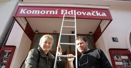 Herci Eli�ka Balzerov� s Tom� T�pfer p�ed Komorn� Fidlova�kou