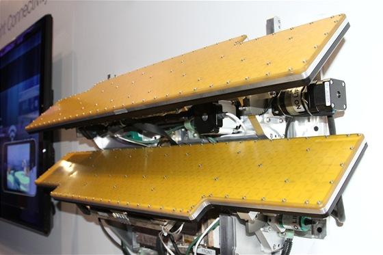 Anténa je umístěna v draku letadla dokáže přijímat satelitní i terestriální