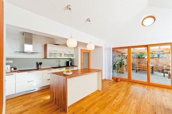 Z kuchyně se francouzskými okny vstupuje na terasu, která se tak v létě stává