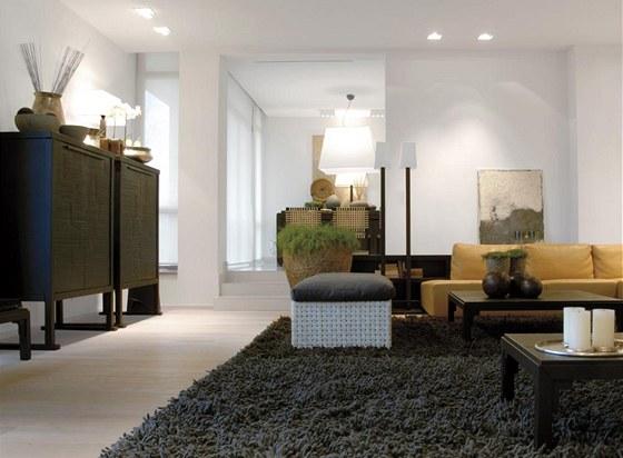 Výrazným akcentem místnosti je pohovka Rivolta i dekorativní ručně tepané vázy