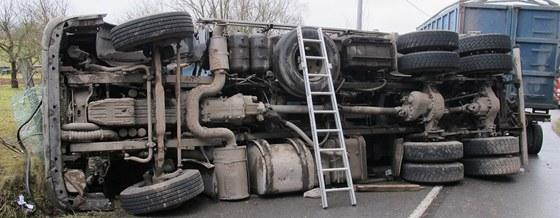V Dlouhé Loučce u Moravské Třebové se převrátil kamion převážející odpadky,
