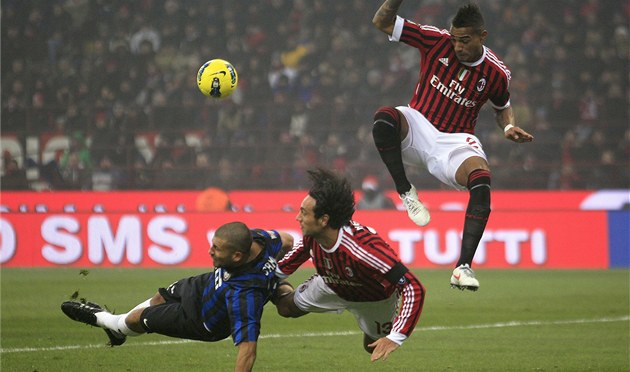 LETECKÝ DEN. Za mí�em se v milánském derby vrhají Walter Samuel z Interu a jeho
