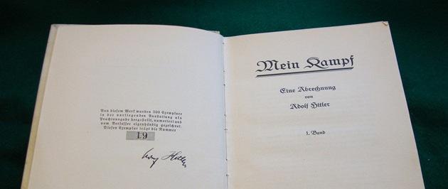 Hitlerem podepsaný text Mein Kampf se často objevuje v nejrůznějších aukcích.