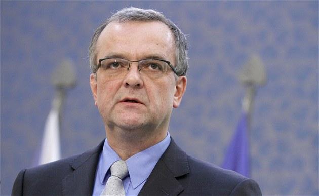 Ministr financí Miroslav Kalousek hovo�í na tiskové konferenci po jednání